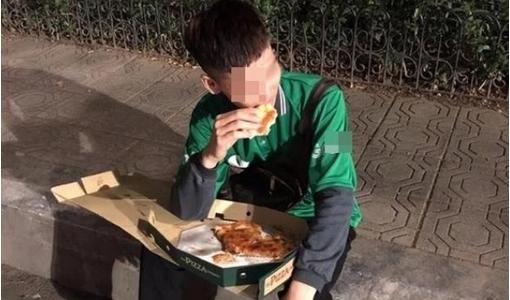 Xót xa chàng shipper bị 'bom hàng' vừa ăn pizza vừa khóc ngày cuối năm