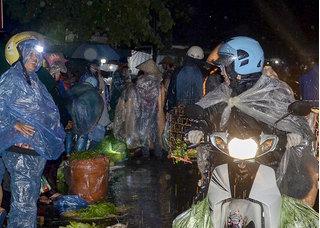 Xót lòng hình ảnh những người phụ nữ tần tảo mưu sinh ở chợ đêm