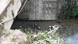Bàng hoàng phát hiện thi thể nam giới cùng xe máy dưới suối