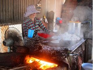 Đặc sản Tết Canh Tý: Bún số 8, bánh tráng dừa... 'cháy' hàng!