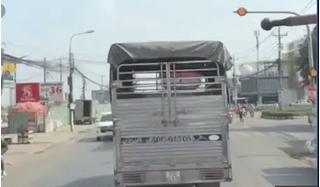 Xe cứu hỏa hú còi ưu tiên inh ỏi, tài xế xe tải vẫn đi nghênh ngang