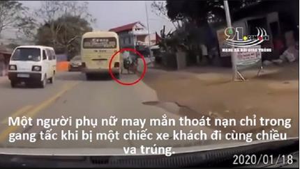 Xe khách phóng nhanh vượt ẩu suýt cán chết người đi xe máy