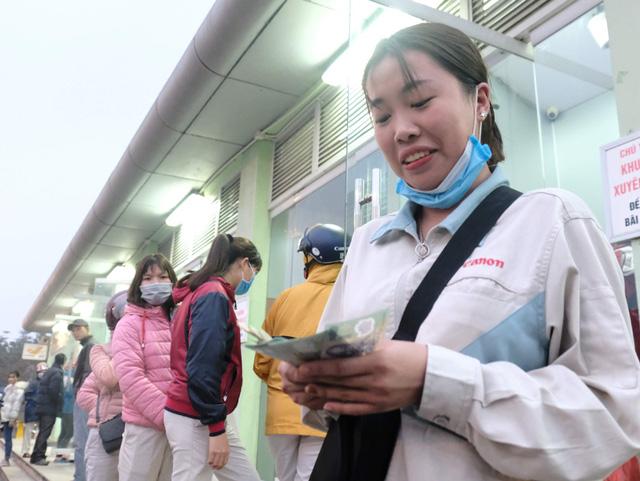 Công nhân xếp hàng dài rút tiền tại cây ATM về quê ăn Tết