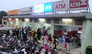 Công nhân xếp hàng dài, đi nhiều cây ATM mới rút được tiền về quê ăn Tết