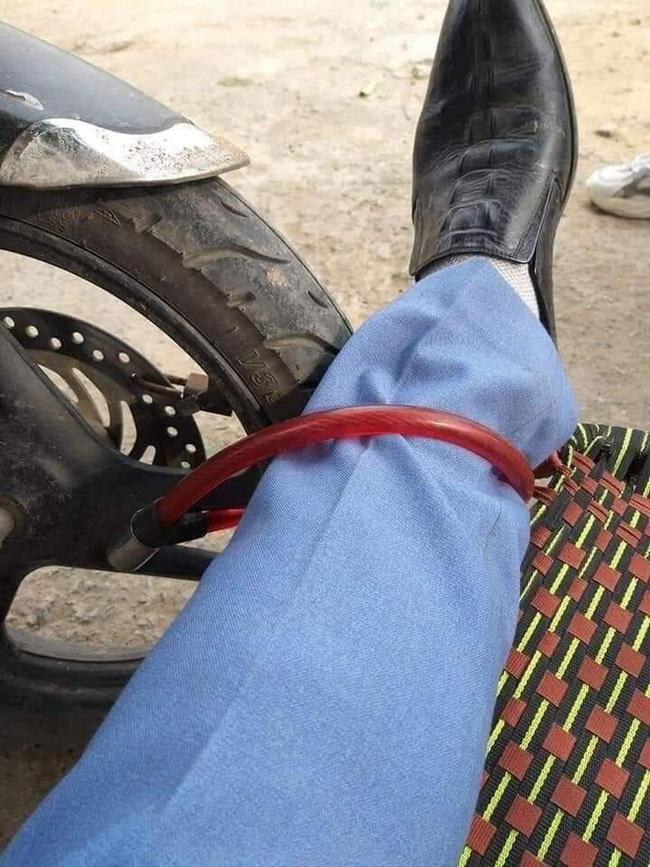 Người đàn ông nằm vật giữa cửa hàng quất cảnh, khóa bánh xe vào chân
