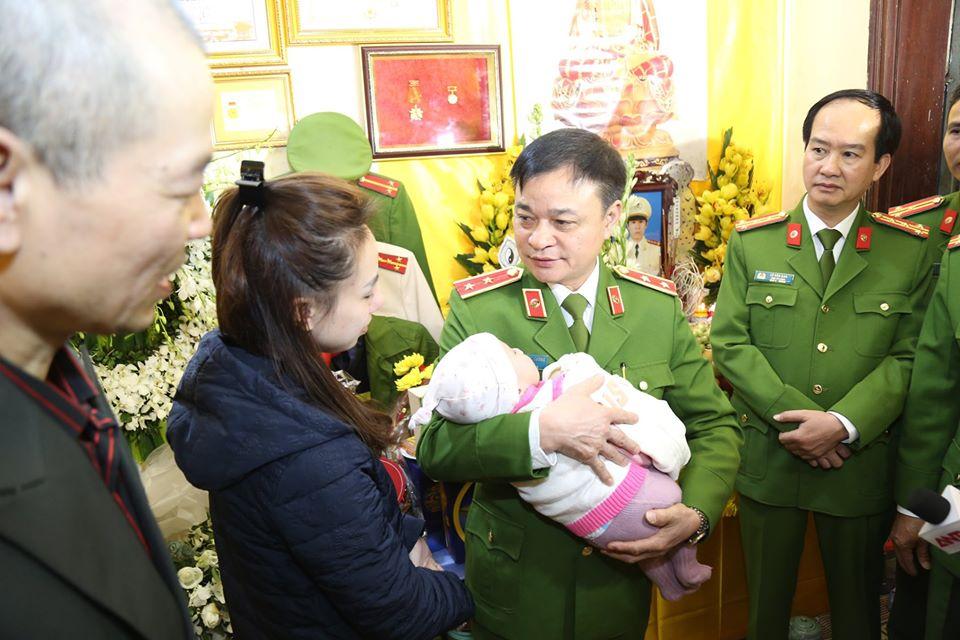 Trao gần 4 tỉ đồng tới gia đình 3 chiến sĩ hy sinh ở Đồng Tâm