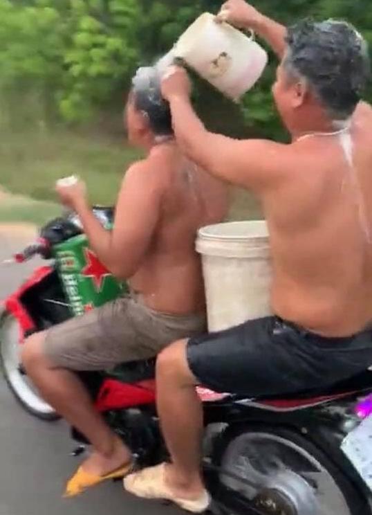 Vừa tắm gội vừa chạy xe máy, hai nam thanh niên bị phạt tiền