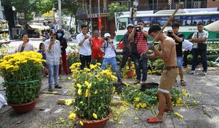 Chiều 30 Tết, hàng trăm chậu hoa bị đập phá vì khách trả giá quá rẻ