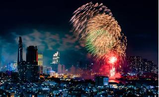 Pháo hoa rực sáng trên bầu trời cả nước, chào đón năm mới Canh Tý 2020
