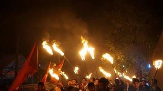 Nam Định: Cả làng chạy đua 'lấy lửa' về nhà trong đêm giao thừa