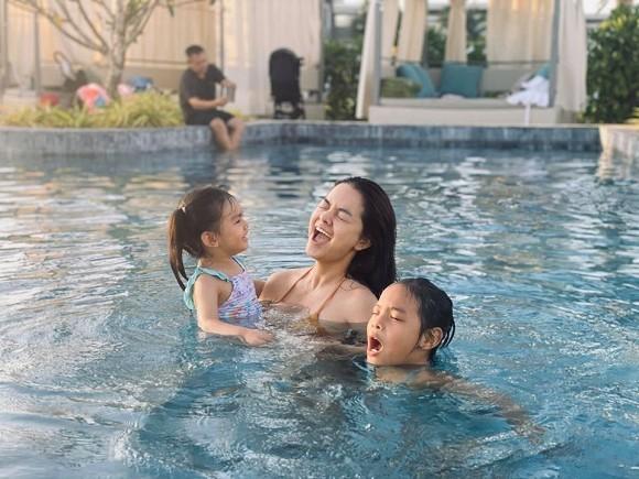 Đầu năm mới Phạm Quỳnh Anh cùng 2 con gái đi du lịch