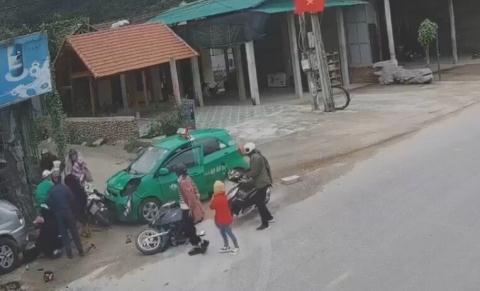 Tài xế taxi ngủ gật lao xe vào đoàn người chúc Tết, 9 người thương vong