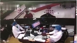Clip: Không mua được thuốc, người đàn ông Vũ Hán bỏ khẩu trang, ho thẳng vào mặt bác sĩ