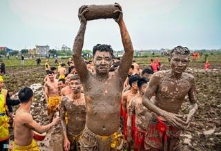 Bất chấp mưa rét, cả trăm đàn ông Nam Định cởi trần cướp trái giữa bùn lầy