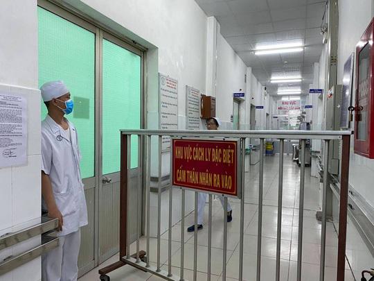 Nữ lễ tân khách sạn tiếp xúc với cha con Vũ Hán bị nghi nhiễm corona
