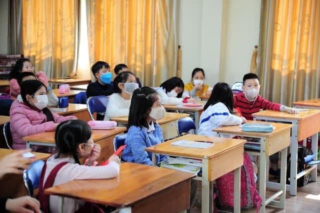 Học sinh và giáo viên đeo khẩu trang trong giờ học phòng dịch corona