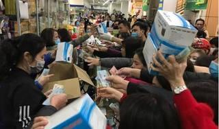 Hàng nghìn người chen nhau mua khẩu trang tại 'chợ thuốc' Hapulico