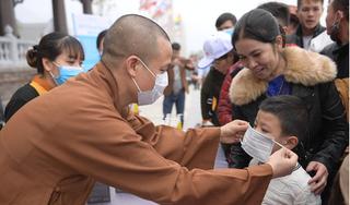 Chùa Tam Chúc phát hàng ngàn khẩu trang miễn phí cho phật tử để phòng virus corona