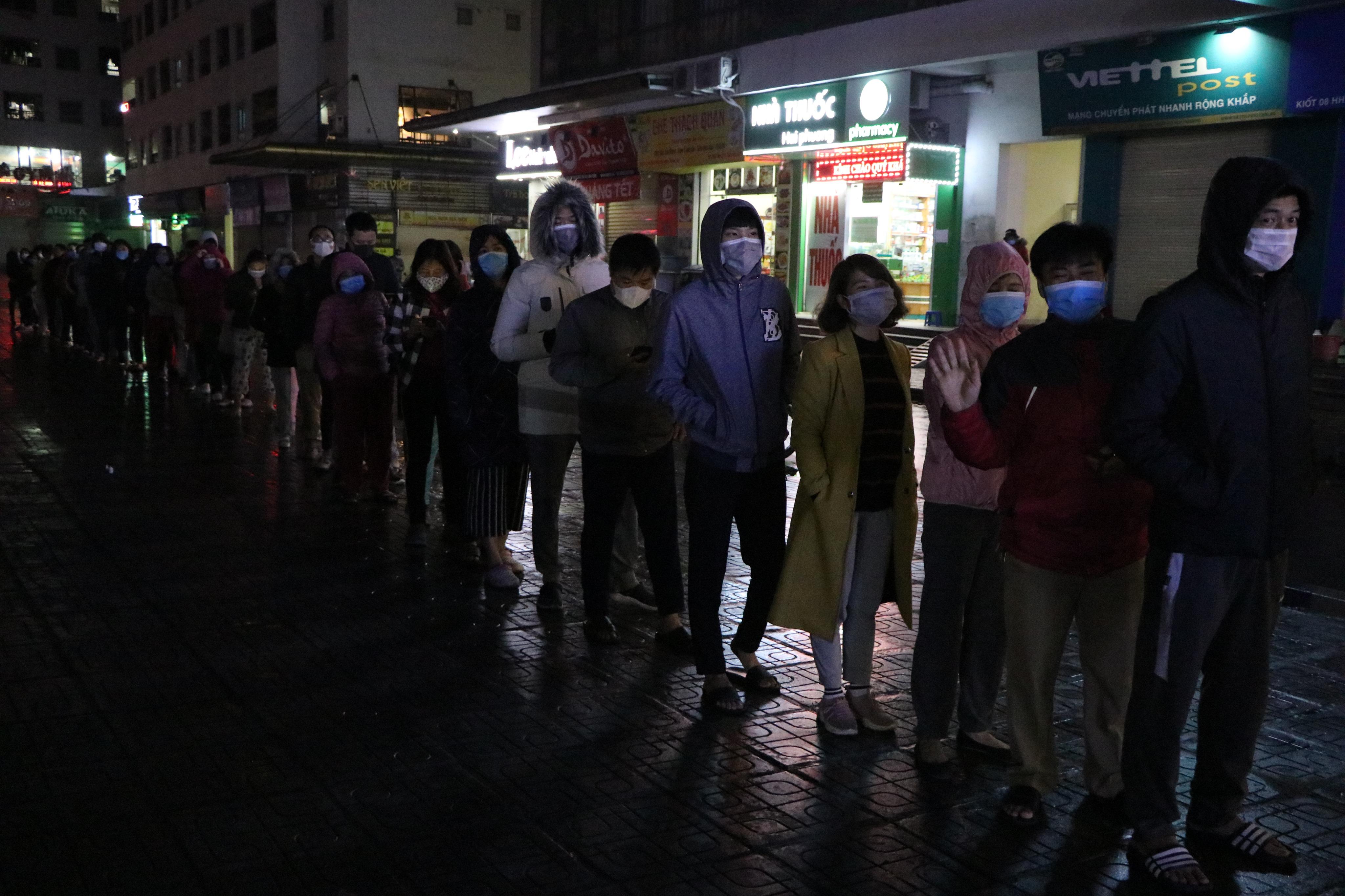 Nửa đêm, người dân ở chung cư Linh Đàm đội mưa xếp hàng mua khẩu trang