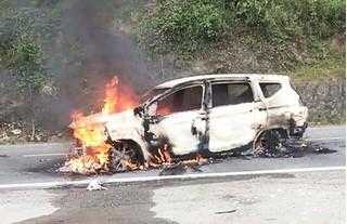 Ô tô bốc cháy ngùn ngụt trên đường, 2 người mắc kẹt tử vong