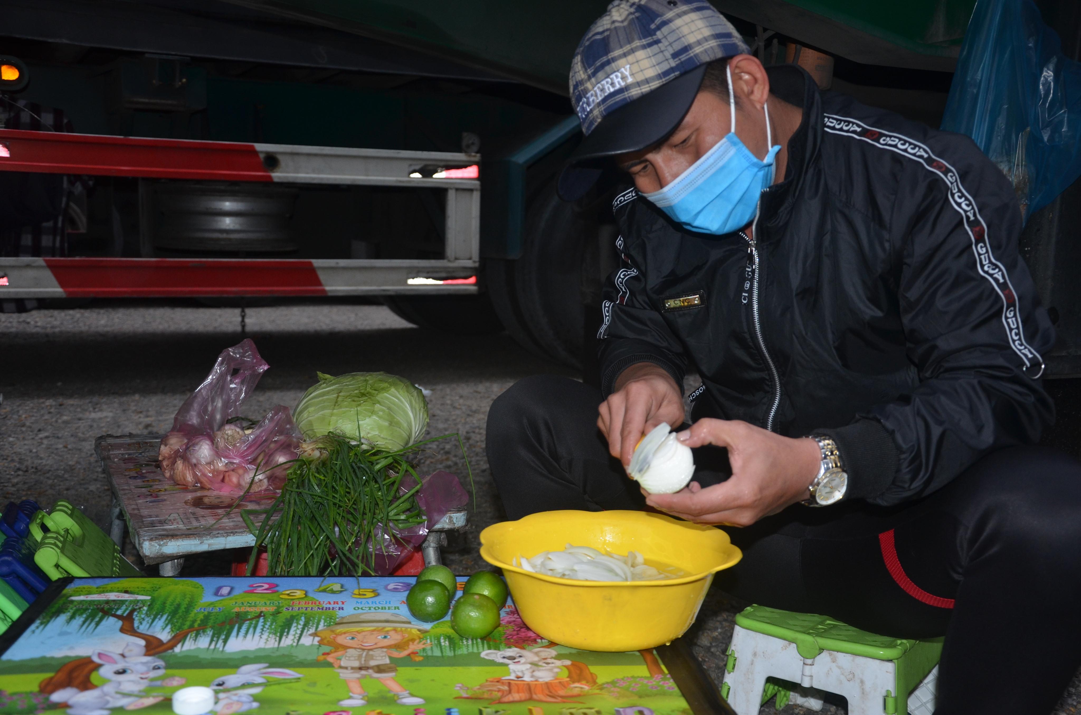 Hàng trăm lái xe nấu ăn dưới gầm container mùa dịch corona tại cửa khẩu
