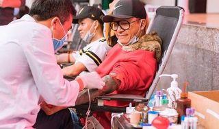 Tuấn Hưng cùng bạn bè đi hiến máu