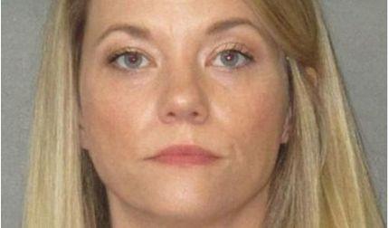 Cô giáo quan hệ tình dục với nam sinh tại nhà riêng khi có con ở nhà