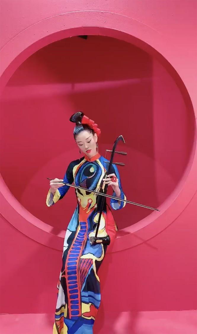 Hoa hậu Khánh Vân bí ẩn, ma mị với áo dài