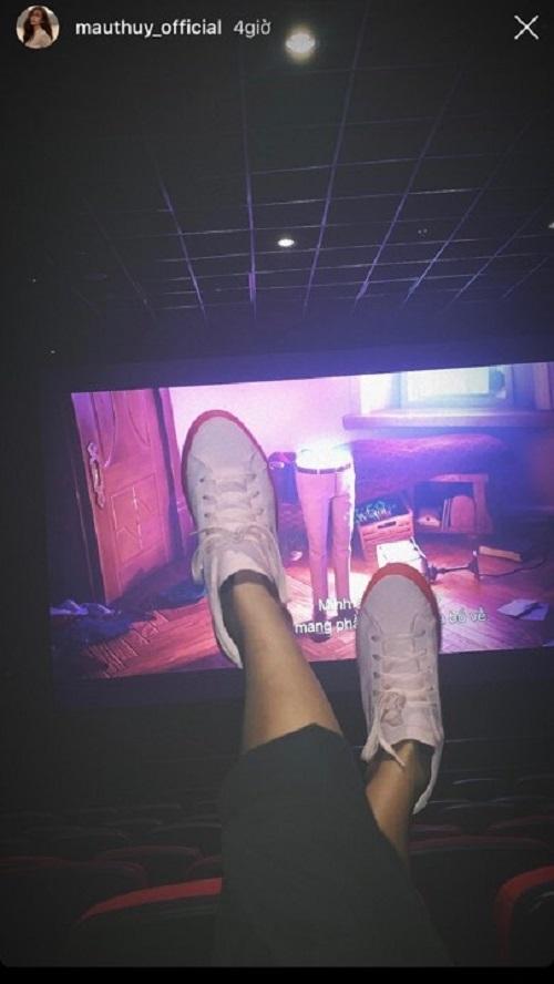 Mâu Thủy nói gì khi  bị chỉ trích gác chân lên ghế trong rạp chiếu phim