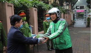 Đại sứ quán Kuwaitphát 2 tấn dưa hấu miễn phí cho người dân Hà Nội