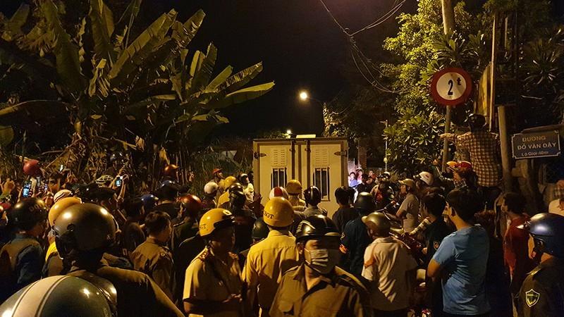 Đang rà mìn quanh nhà được cho là Tuấn 'khỉ' ẩn náu, người dân vẫn tụ tập xem