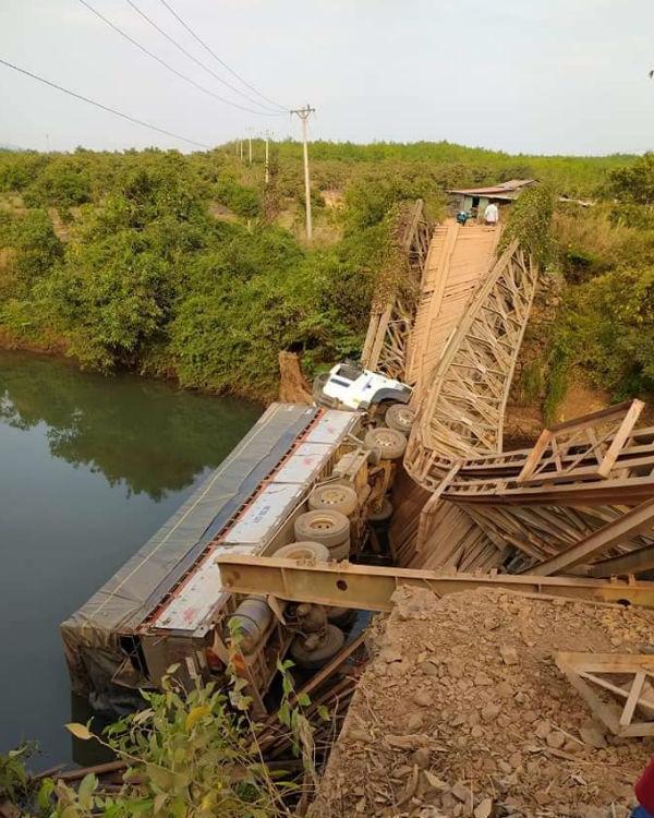 Lạc đường, tài xế xe tải làm cầu sập rồi lật nhào xuống suối