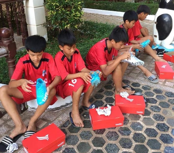 Văn Toàn tặng món quà ý nghĩa cho các em khóa 5 HAGL JMG