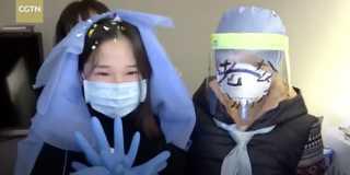 Giữa tâm dịch corona: Y tá mặc váy cưới từ bộ đồ khử độc, kết hôn qua video