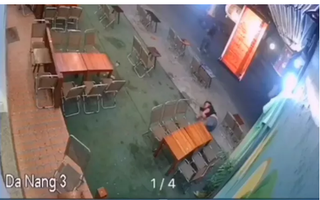 Hàng loạt thanh niên tuổi teen mang mã tấu chém người trong tiệm trà chanh