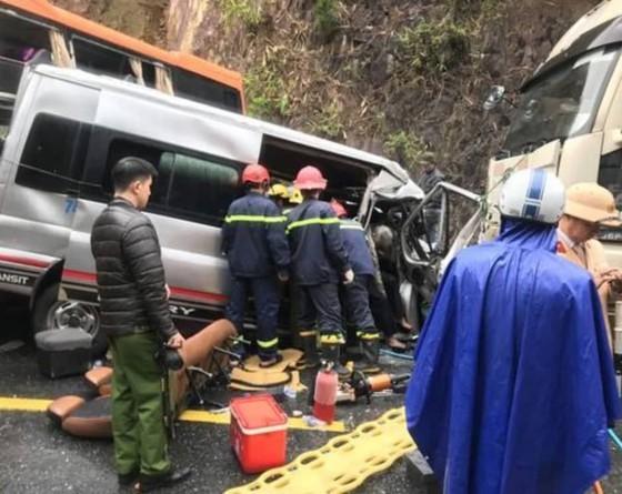 Tai nạn liên hoàn giữa xe đầu kéo và 2 xe khách, ít nhất 6 người thương vong
