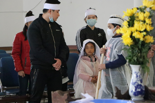 Vụ mẹ tử vong khi dắt con đi ăn xin trên cầu Thanh Trì: Bạc bẽo một kiếp người!