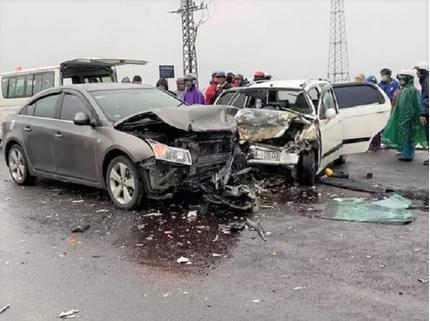 Hai ô tô đấu đầu kinh hoàng, 6 người nhập viện cấp cứu