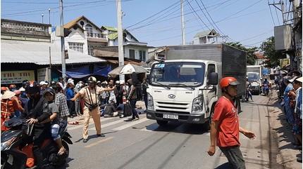 Chồng ngã quỵ ôm thi thể vợ sau tai nạn chết người với xe tải