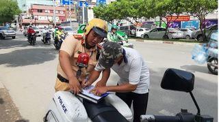 Người vi phạm giao thông nộp tiền phạt qua cổng dịch vụ công