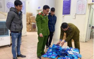 Tạm giữ hàng trăm 'thẻ đeo diệt virus' tại chợ thuốc Hapulico