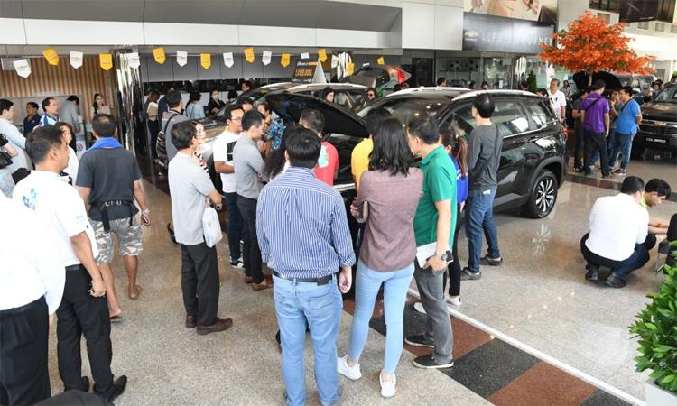 Chevrolet Captiva giảm giá 50%, khách hàng nườm nợp đến mua xe3