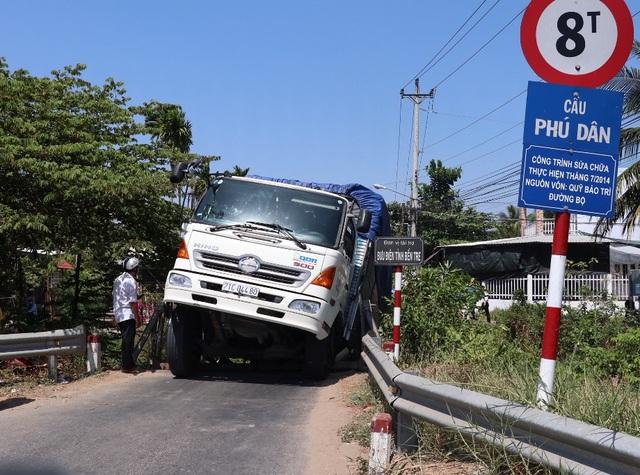 Cầu 8 tấn bị đổ sập vì xe tải 24 tấn cố vượt qua