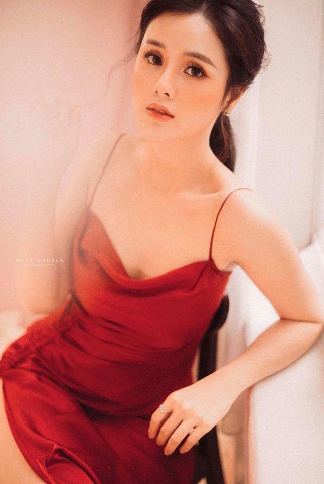 Người đẹp Huyền Trang gây sốt với loạt ảnh buông lơi vai trần gợi cảm