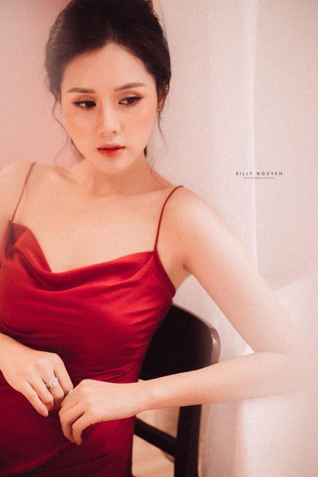 Người đẹp Huyền Trang gây sốt với loạt ảnh buông lơi vai trần gợi cảm2