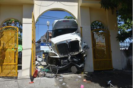 Thoát chết trong gang tấc khi xe container mất lái ủi nát 5 xe máy
