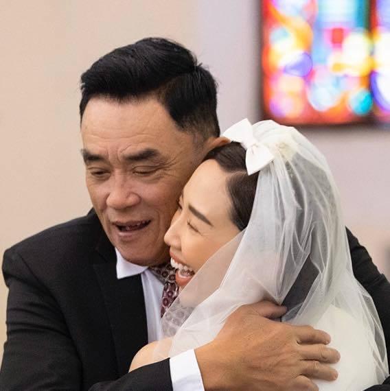 Bố Tóc Tiên chia sẻ sau đám cưới kín đáo của con gái