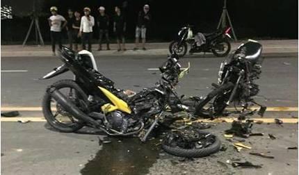 Đua xe tự tông nhau, 2 người chết cạnh chiếc xe máy nát bươm