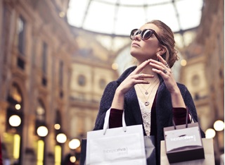 Phụ nữ hiện đại hưởng thụ cuộc sống bằng cách tiêu dùng thông minh