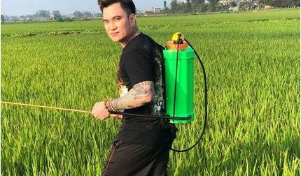 Ca sĩ Lâm Chấn Huy về quê ra đồng phun thuốc sâu phụ bố mẹ